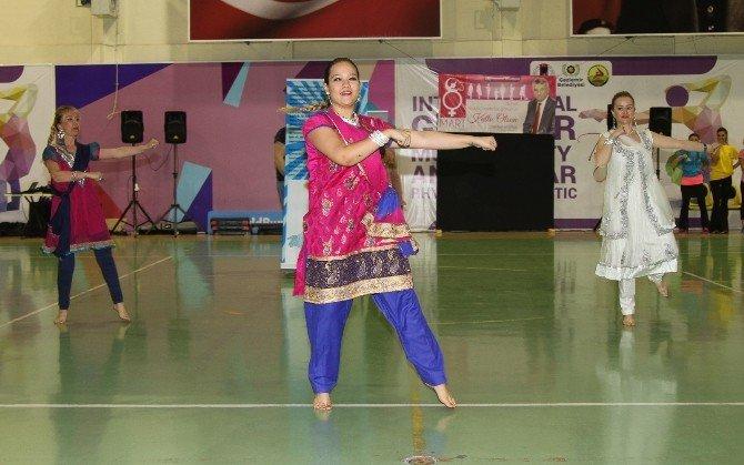 Gaziemir'de 300 Kadından 8 Mart Dansı