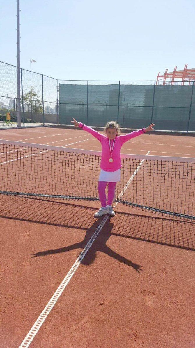 Seyhan Belediyespor'un minik tenisçisi şampiyon oldu