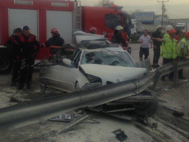 Sakarya'da otomobil TIR'a çarptı: 2 ölü, 1 yaralı