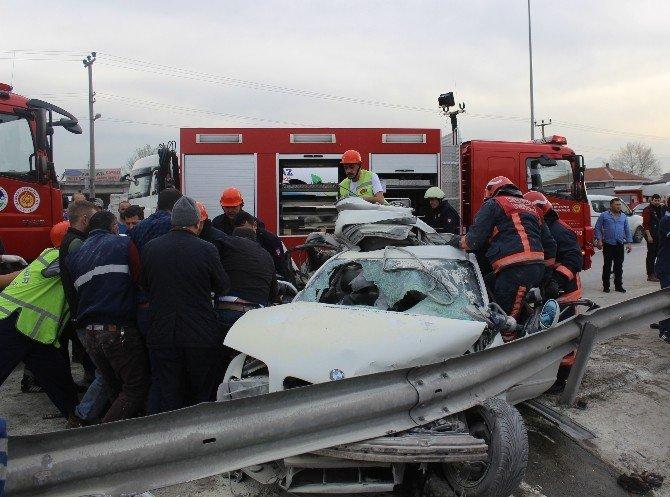 Lüks Otomobil Bariyerlere Ve Tır'a Çarptı: 2 Ölü, 1 Yaralı