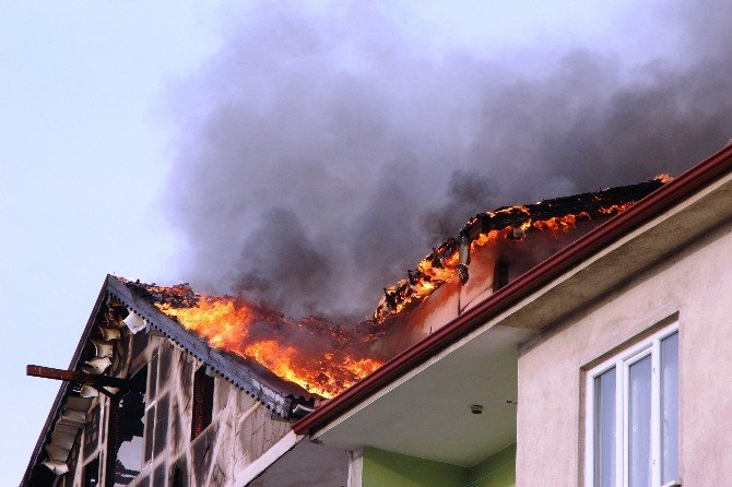 Çatı Yangını Korku Dolu Anlar Yaşattı