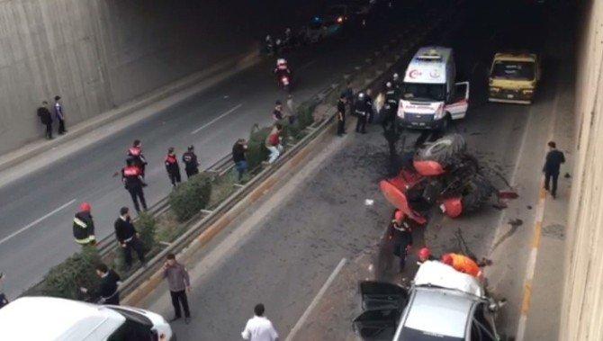 Otomobil Traktöre Çarptı: 6 Yaralı