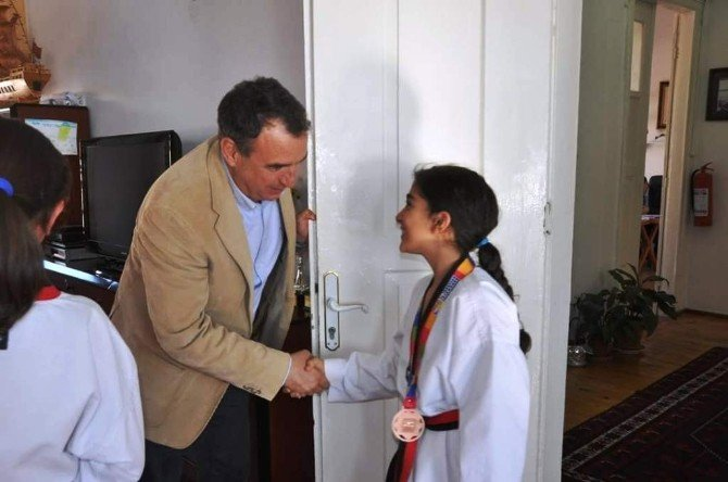 Avrupa Üçüncüsü Tekvandoculardan Başkan Gençer Ve Müdür Bilen'e Ziyaret