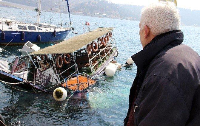 Bebek Sahilde Demirli Bir Tekne Su Alarak Kısmen Battı