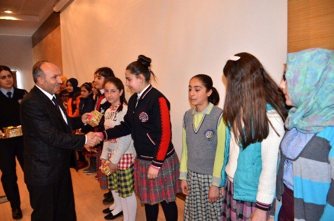 Bitlis'te Kitap Okuma Yarışması Sonucu Ödüller Dağıtıldı