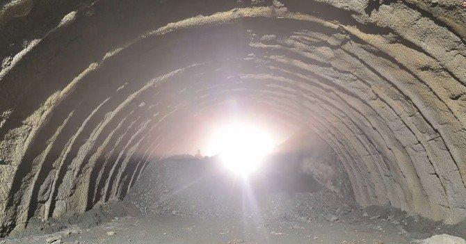 Artvin-erzurum Karayolu'ndaki Oruçlu Ripaj Tüneli'nde Işık Göründü