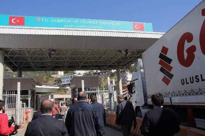 Türk Nakliyeciler Sarp Sınır Kapısı'nı Araç Ulaşımına Kapattı