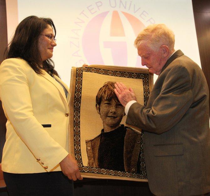 Organ nakline önderlik yapan babaya oğlunun halı üzerindeki fotoğrafı verildi
