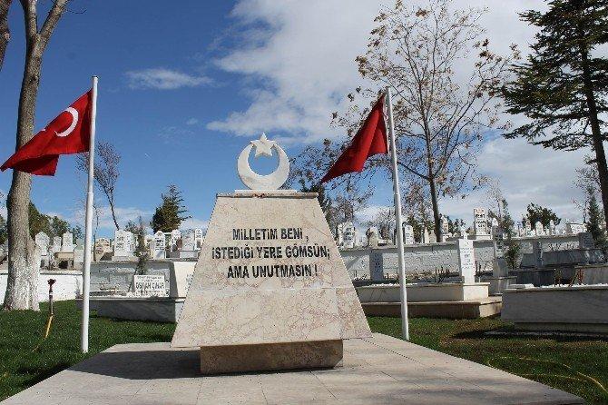 Şehit Mezarlarına Kırmızı-beyaz Gül Dikildi