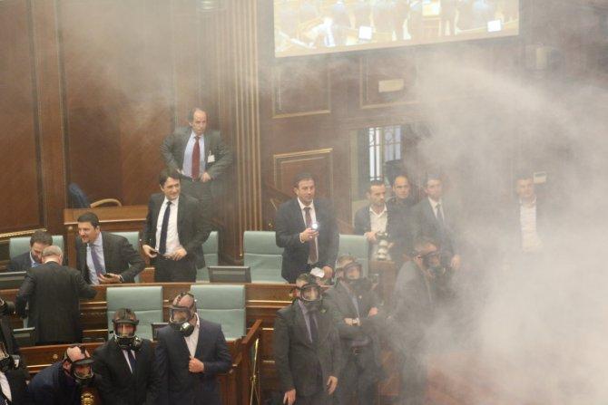 Biber gazı işe yaramayınca içişleri bakanının gözüne lazer tuttular