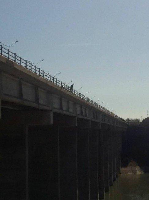 Köprüde İntihar Etmek İsteyen Şahıs Son Anda Kurtarıldı
