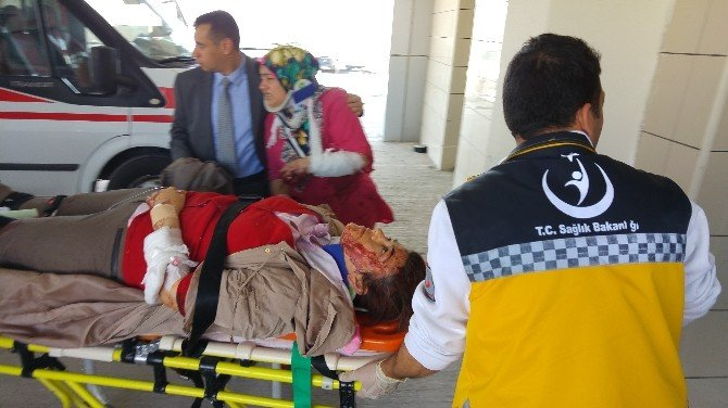 Hafif Ticari Araçla Öğretmen Servisi Çarpıştı: 17 Yaralı