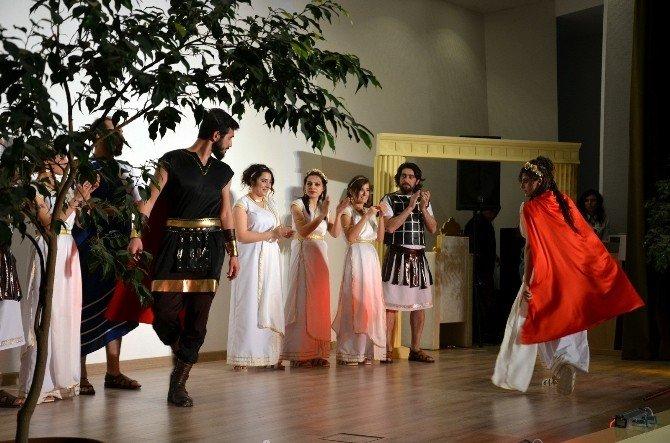 """Harran Üniversitesinde """"Amazon Kraliçesi"""" Tiyatrosu"""