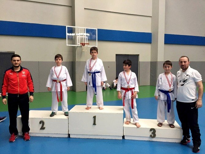 İhlas Koleji Sporcuları Madalyaları Topladı