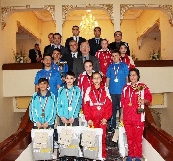 Badminton Yıldızlarından Vali Barut'a Ziyaret