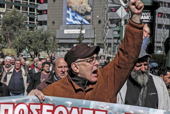 Atina'da emekliler sokaklara döküldü