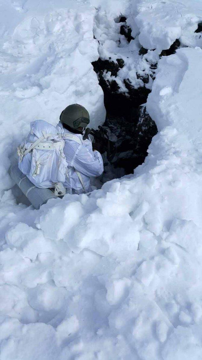 Türkiye'ye el bombası ve mühimmat sokan PKK/PYD teröristi yakalandı