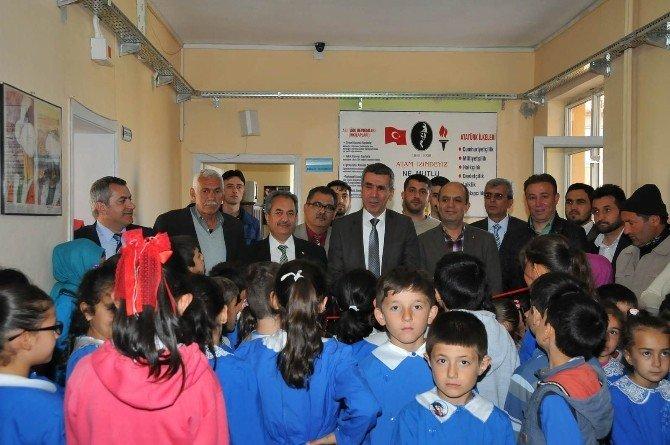 Akşehir'de Koridor Kitaplıklarına Katkı Sağlayanlara Plaket