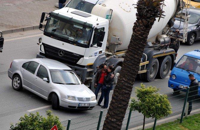 Otomobile Beton Mikseri Çarptı