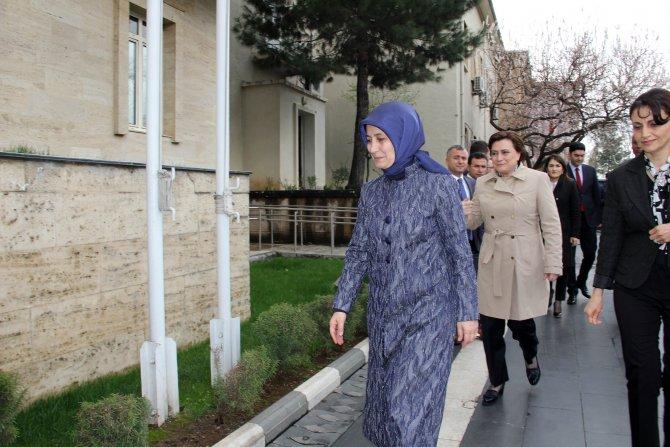 Sare Davutoğlu, Diyarbakır'da çiçeklerle karşılandı
