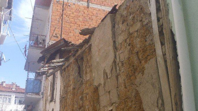 Bilecik'teki Virane Metruk Ev Tehlike Saçıyor