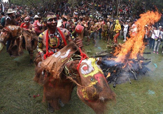 Çin'deki etnik grup, geleneksel kıyafetleri ile Yangın Festivali'ni kutluyor