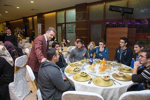 Başkan Usta'dan YGS'ye Girecek Öğrencilere Moral Yemeği
