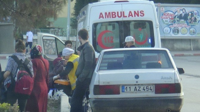 Yaya Geçidinde Otomobil Çarptı, Sağlık Ekiplerinin Müdahalesine İzin Vermedi