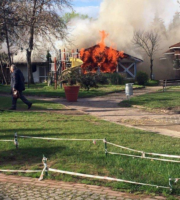 Elektrik Kontağından Çıkan Yangın İki Restoranı Kül Etti
