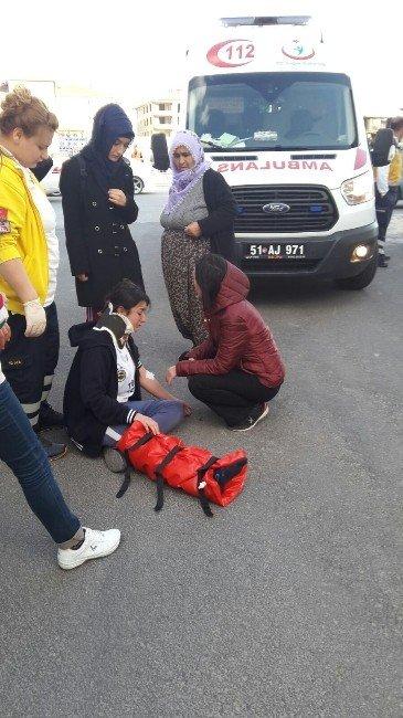 Otomobil Öğrencilere Çarptı