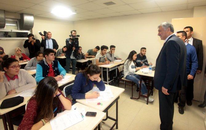 Başkan Karalar'dan üniversite sınavına girecek öğrencilere moral ziyareti