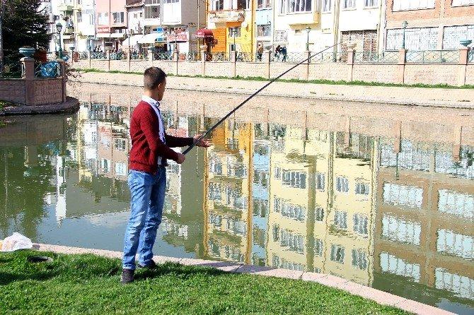 Sıcak Havanın Keyfini Balık Tutarak Çıkardılar