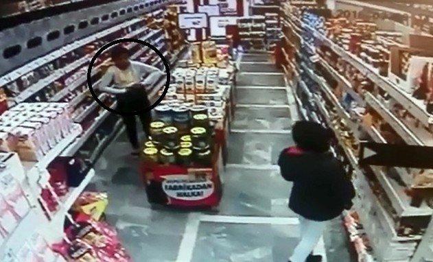 Marketten Yiyecek Çalan Çocuk Hırsızlar Güvenlik Kamerasında