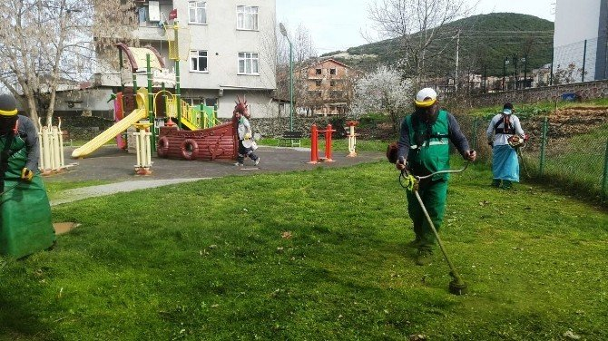 İzmit Belediyesi'nden Parklarda Yoğun Çalışma