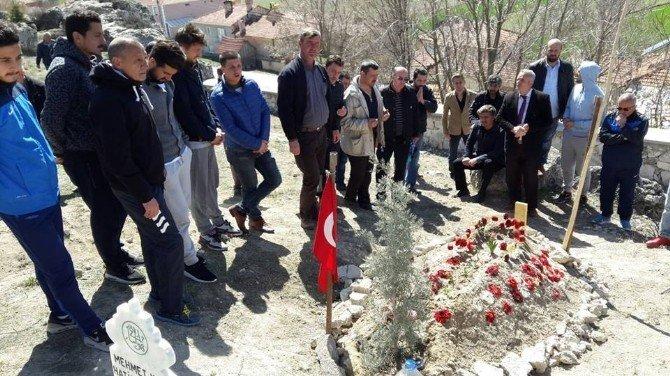 Kütahyasporlu Futbolcu Ve Yöneticiler Şehit İbrahim Tetik'in Kabrini Ziyaret Etti