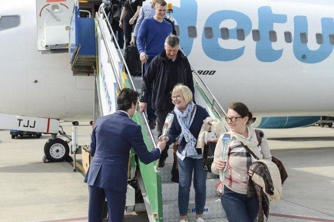 Finlandiya'dan Antalya'ya Gelen 189 Kişilik İlk Turist Kafilesi Krallar Gibi Karşılandı
