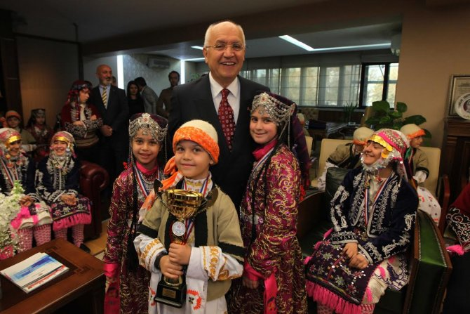 TUBİL'in minik yıldızları Başkan Fethi Yaşar'ı ziyaret etti