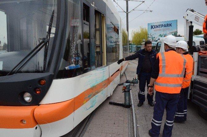 Eskişehir'de Tramvay İle Belediye Otobüsü Çarpıştı: 1 Yaralı