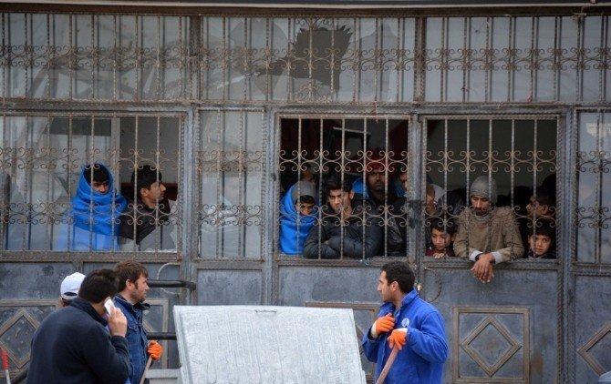 Spor Salonunda Bekletilen Mülteciler İsyan Etti