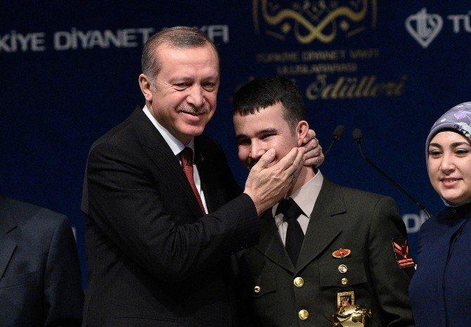 Yaralı Arkadaşına Siper Olan Askere, Diyanet Vakfı'ndan İyilik Ödülü