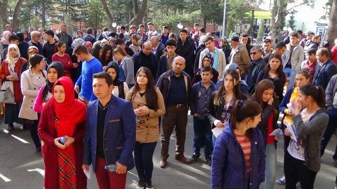 Yozgat'ta Öğrenciler Sınavda, Aileler Dışarıda Ter Döktü