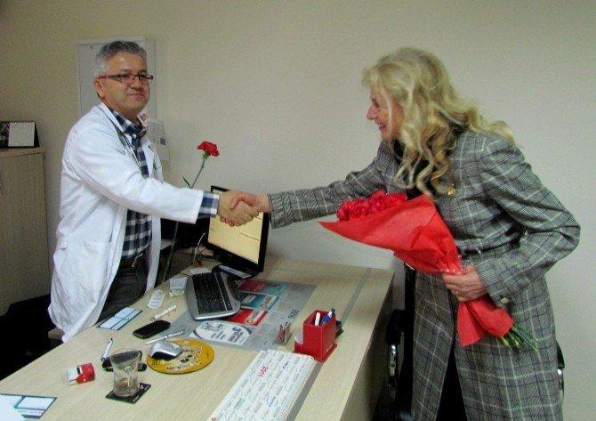 CHP'li Kadınlardan Doktorlara Kırmızı Karanfil