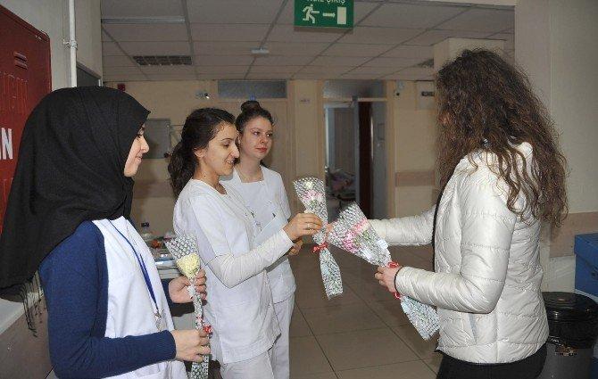Sağlık Çalışanlarına Karanfilli Kutlama