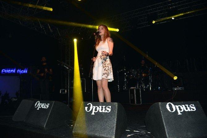 Güliz Ayla İzmir'de Sahneye Çıktı