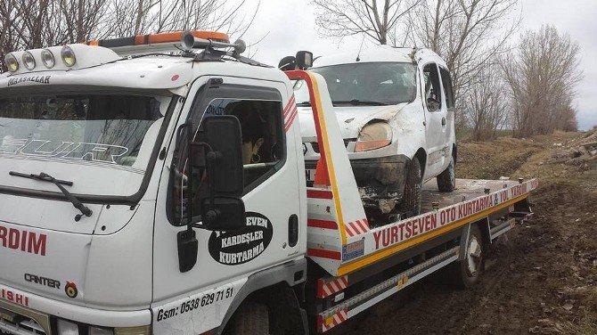 Sandıklı'da Trafik Kazası, 2 Kişi Yaralandı