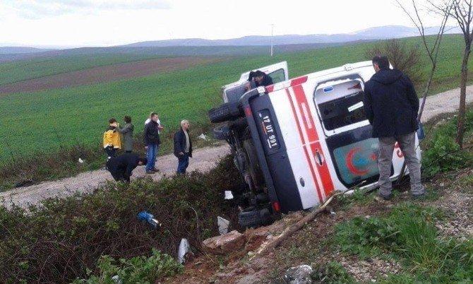 Ambulans Devrildi, 2 Sağlıkçı Yaralandı