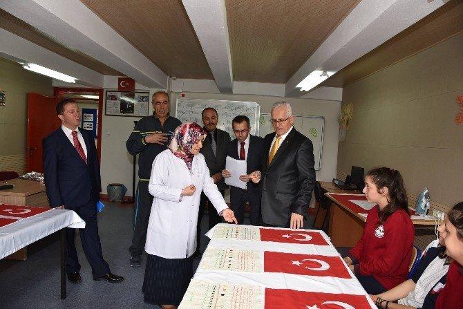 İşitme Engelli Öğrenciler, Yüzlerce Türk Bayrağı Dikti