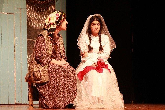 Kadınlar 'Türkmen Düğünü'nü İzledi
