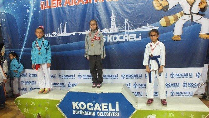 Büyükşehirli Karateciler Kürsüye Abone