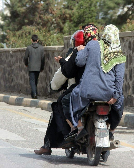 Bir Motosiklete Binen 4 Kişi Ölüme Meydan Okudu